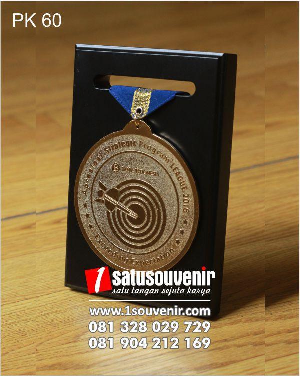 contoh plakat kayu medali BI