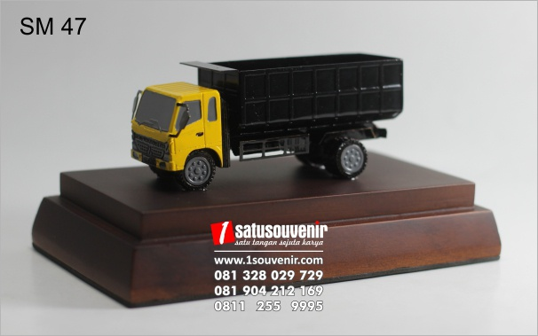 miniatur truk logam