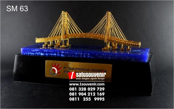 miniatur jembatan suramadu elegan