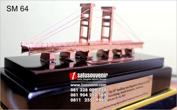 miniatur jembatan ampera mewah