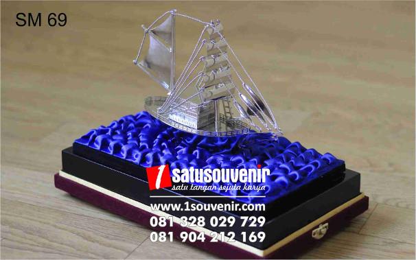 souvenir miniatur kapal elegan